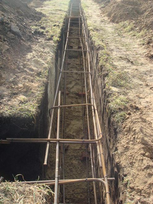 Процесс укладки арматуры в яму