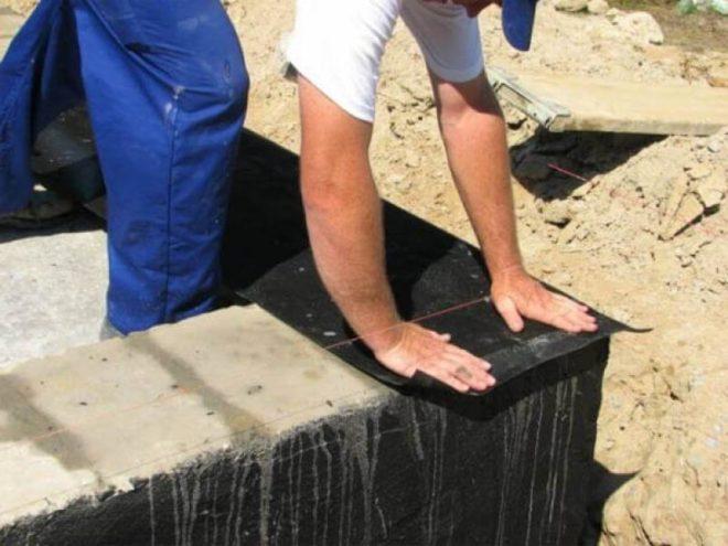 Укладка рулонной гидроизоляции на фундамент