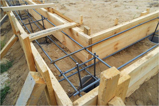 Установка опалубки перед заливкой бетона