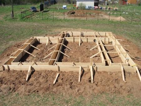 Опалубка фундамента загородного дома