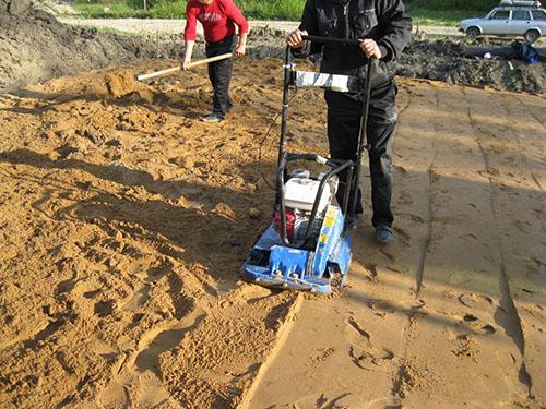 Укладка песчаной полушки фундамента