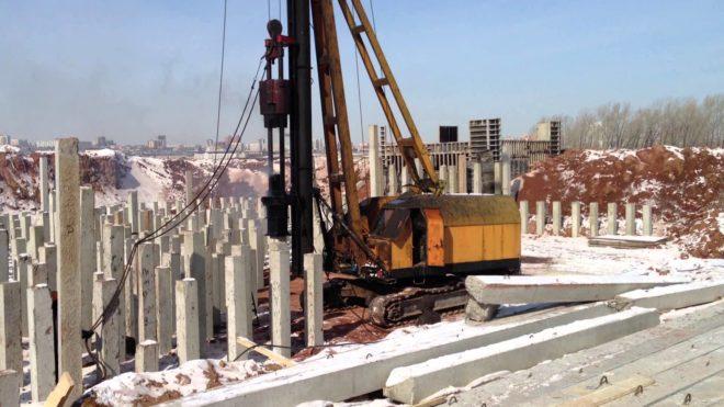 Установка готовых бетонных столбов в грунт