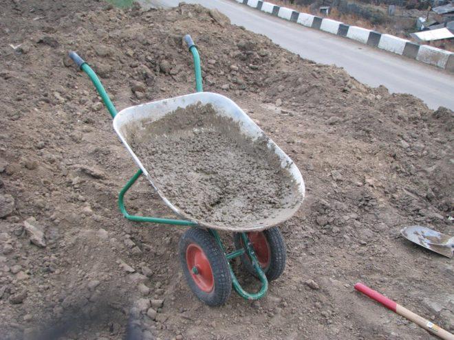 Замес бетона в тачке