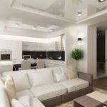 Глянцевый натяжной потолок в гостиной, объединённой с кухней