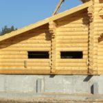 Низкий дом из бревна