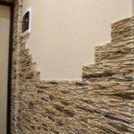 Плавный переход от камня к обоям на стене в прихожей