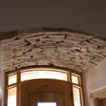 Отделка искусственным камнем потолка в прихожей