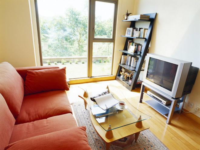 Панорамные окна в маленькой гостиной