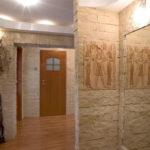 Прихожая из искусственного камня с элементами декора на стенах