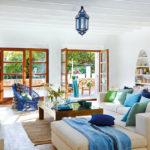 Комната в средиземноморском стиле с синими акцентами
