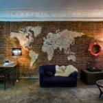 Комната с картой мира на стене