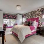 Спальня с розовой кроватью