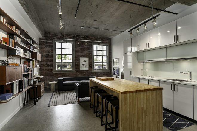 бетонный потолок в интерьере кухни