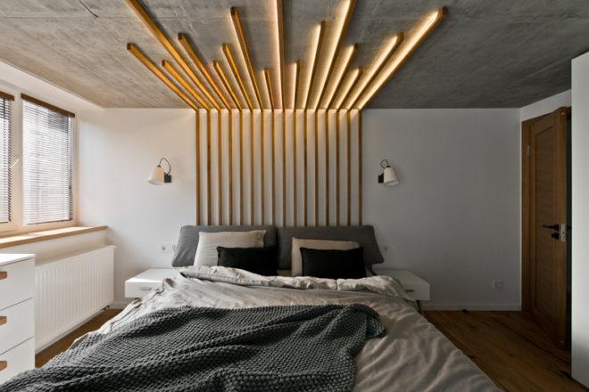 бетонный потолок в интерьере с подсветкой