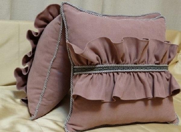 Декор подушки оборками
