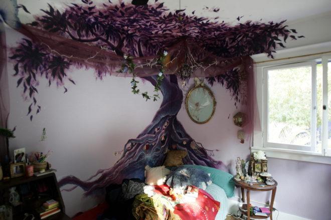 Фантастическое дерево на стене
