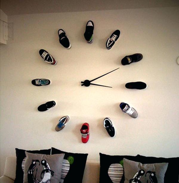 креативные часы на стену с обувью вместо цифр