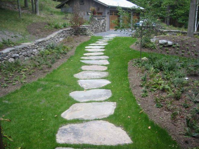 ландшафтный дизайн двора частного дома с каменной дорожкой