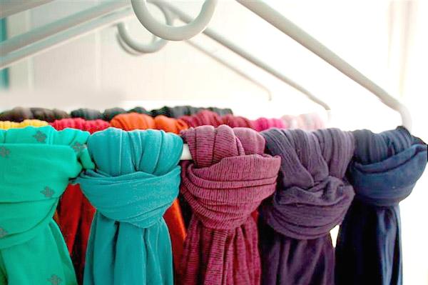 Хранение тёплых шарфов на вешалке