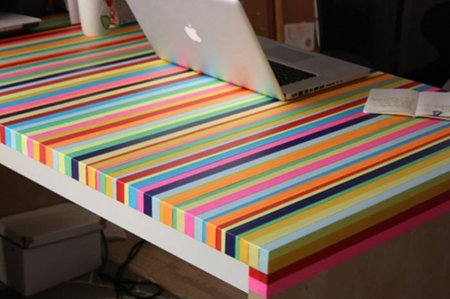 столик в цветную полоску