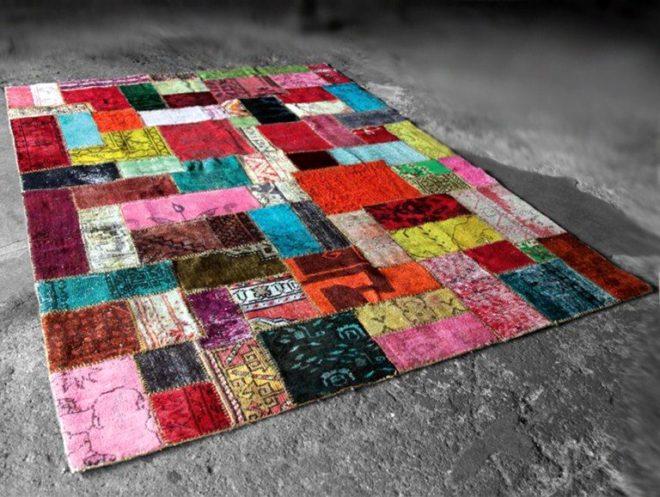 Коврик из разноцветных лоскутов ткани