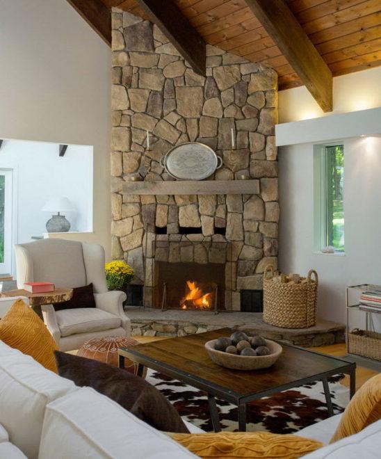 Камин в интерьере гостиной в стиле кантри