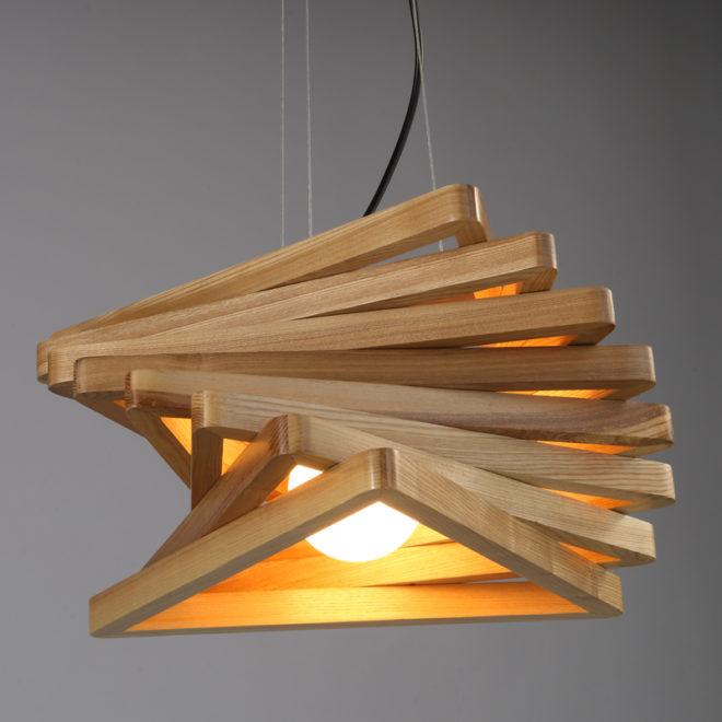 Изящный светильник из дерева