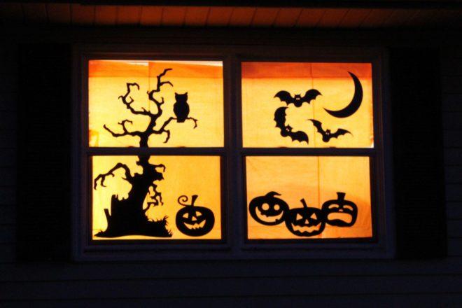Как украсить окно на Хэллоуин вырезанными из бумаги фигурками