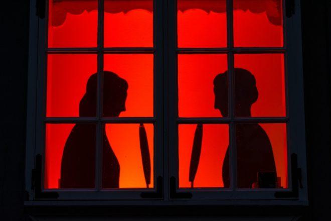 Оригинальное украшение окна на Хэллоуин
