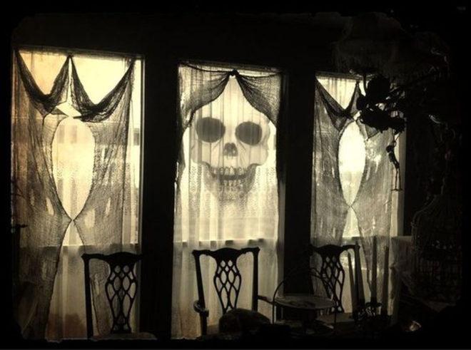 Интересное оформление окна на Хэллоуин