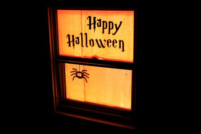 Надпись в оформлении окна на Хэллоуин