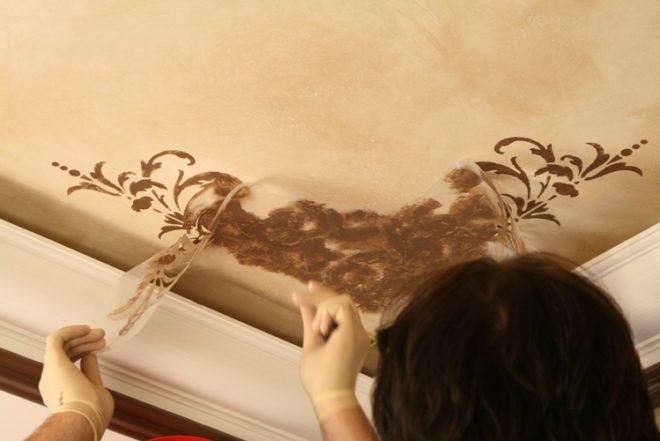 нанесение узоров на потолок