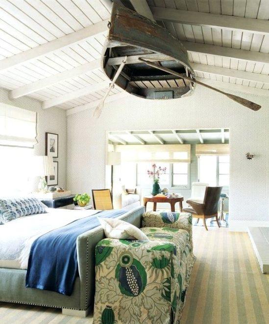 деревянная лодка на потолке