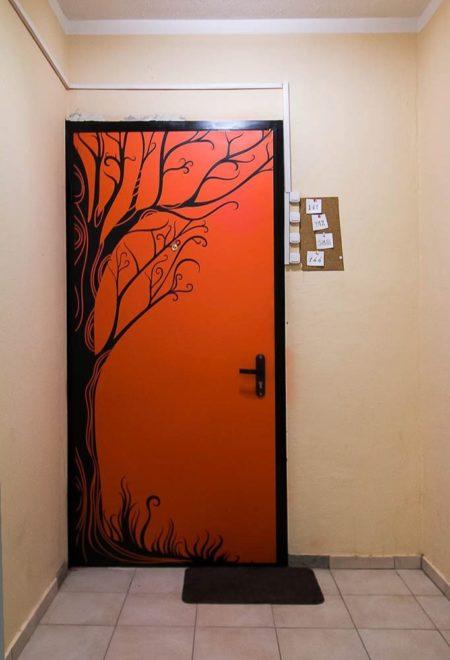 красная дверь с наклейкой