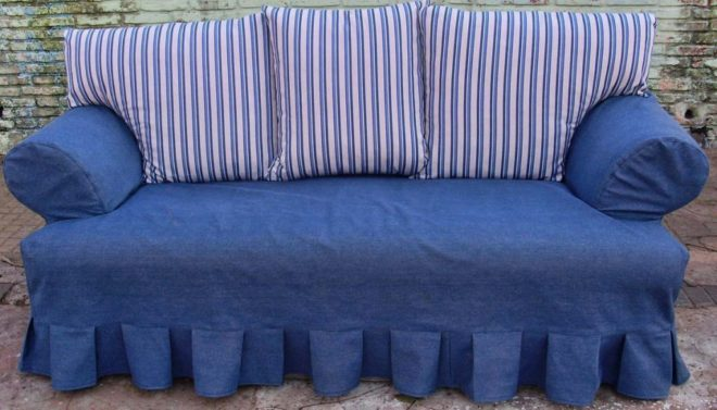Синий диван с полосатыми подушками