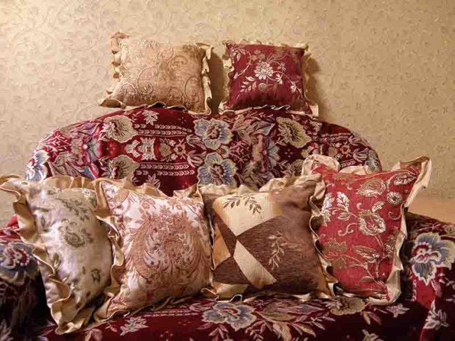 Мягкий диван с подушками