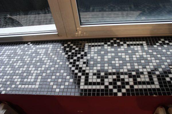 Подоконник, отделанный мозаикой