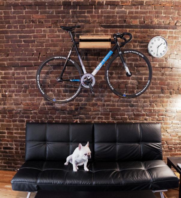 подвешивание старого велосипеда на стене