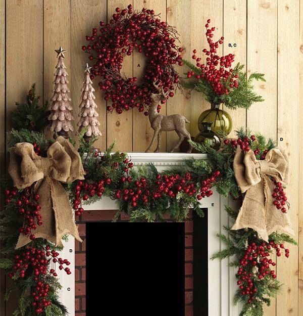 Украшение камина рождественскими венками и веточками
