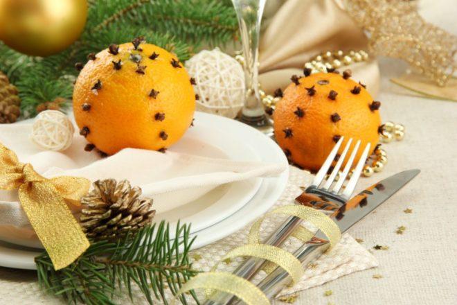 Мандарины — отличное украшение стола на Новый год