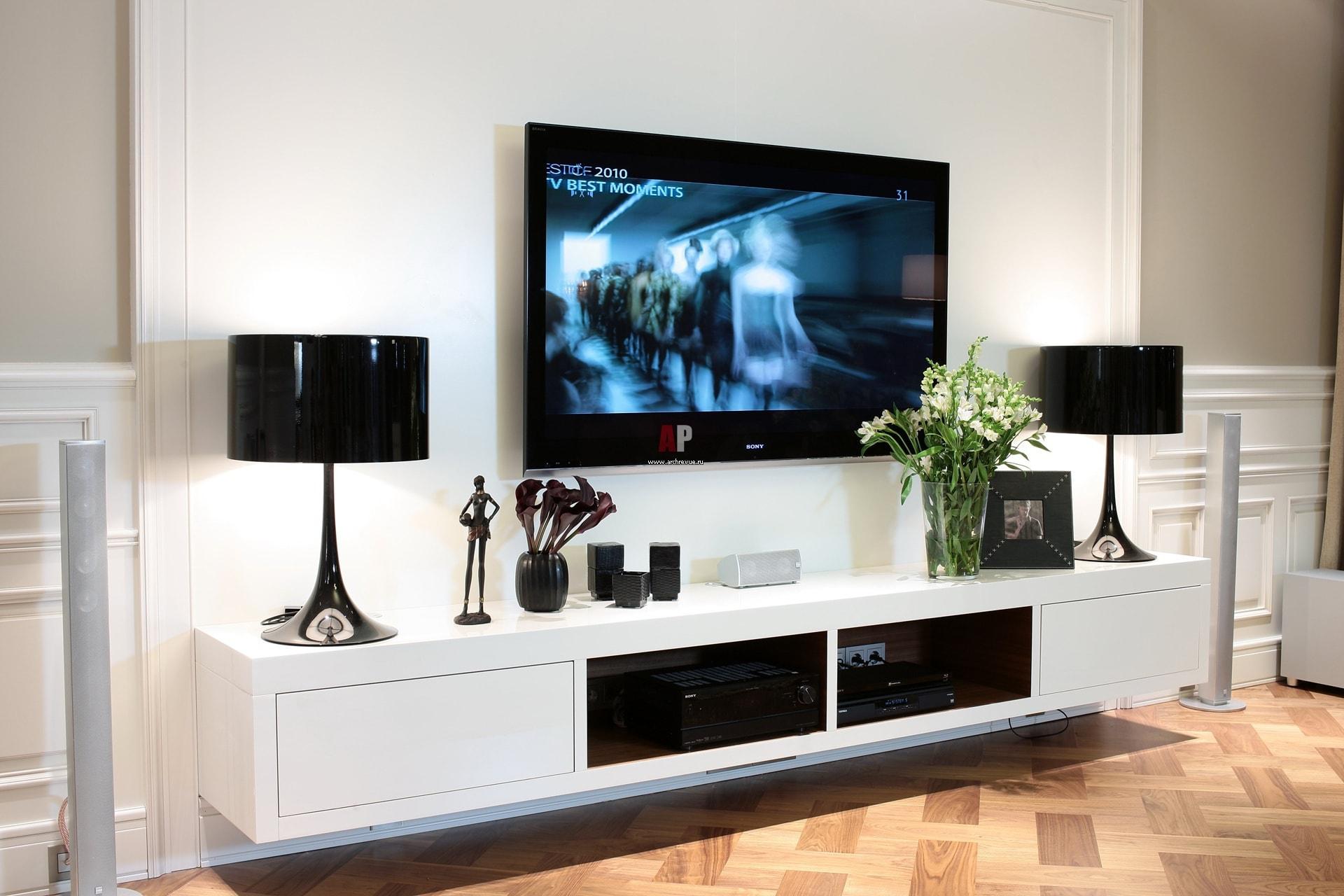 фото комодов где телевизор на стене висит