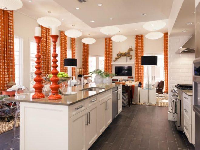 Дизайн кухни в белом цвете с яркими шторами