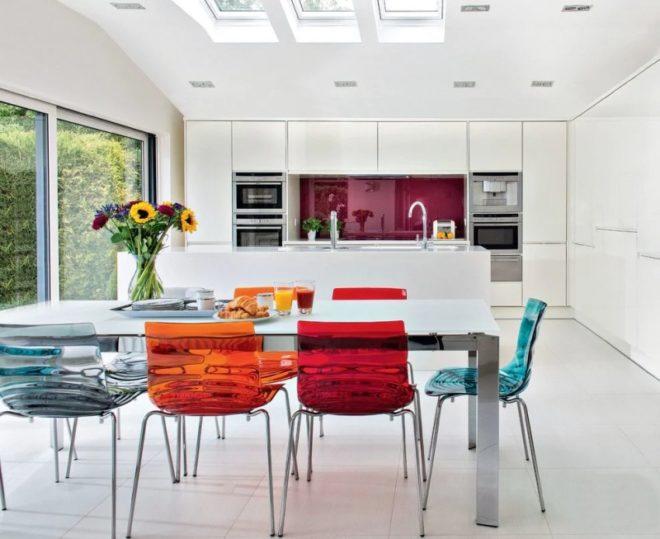 Дизайн белой кухни в стиле поп-арт