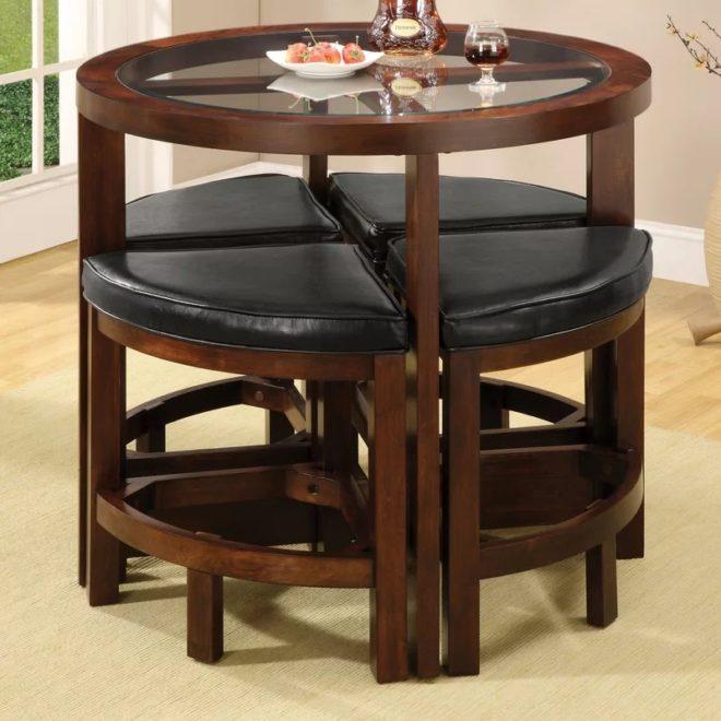 Круглый стол с треугольными стульями