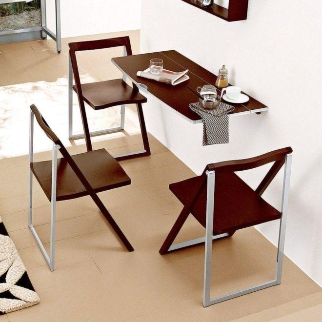 Стол и складные стулья