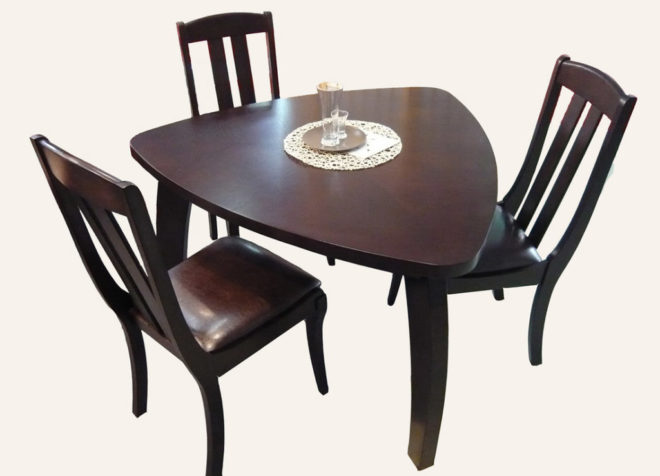 Треугольный стол и три стула