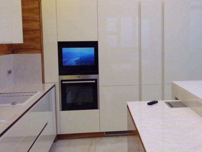 Белая кухня без ручек со встроенной техникой