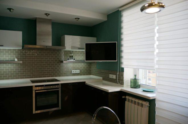Кухня с телевизором над рабочей зоной