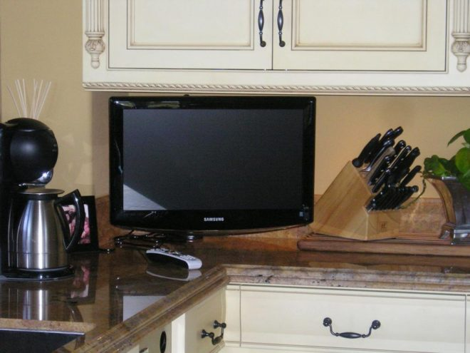Телевизор на кухонной столешнице