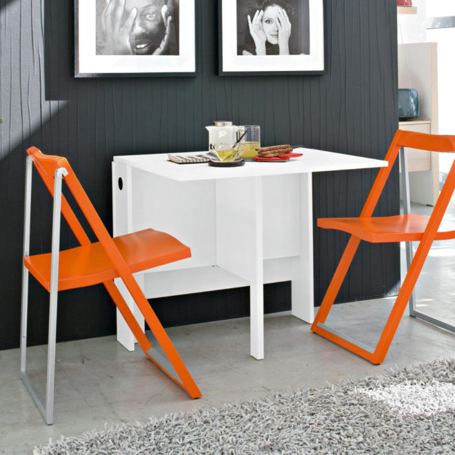 На маленькой кухне однокомнатной квартиры подойдут складные стулья и столик